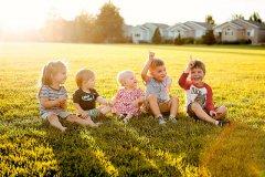 gromadka uśmiechniętych dzieci na polanie