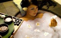 kobieta podczas kąpieli w wannie